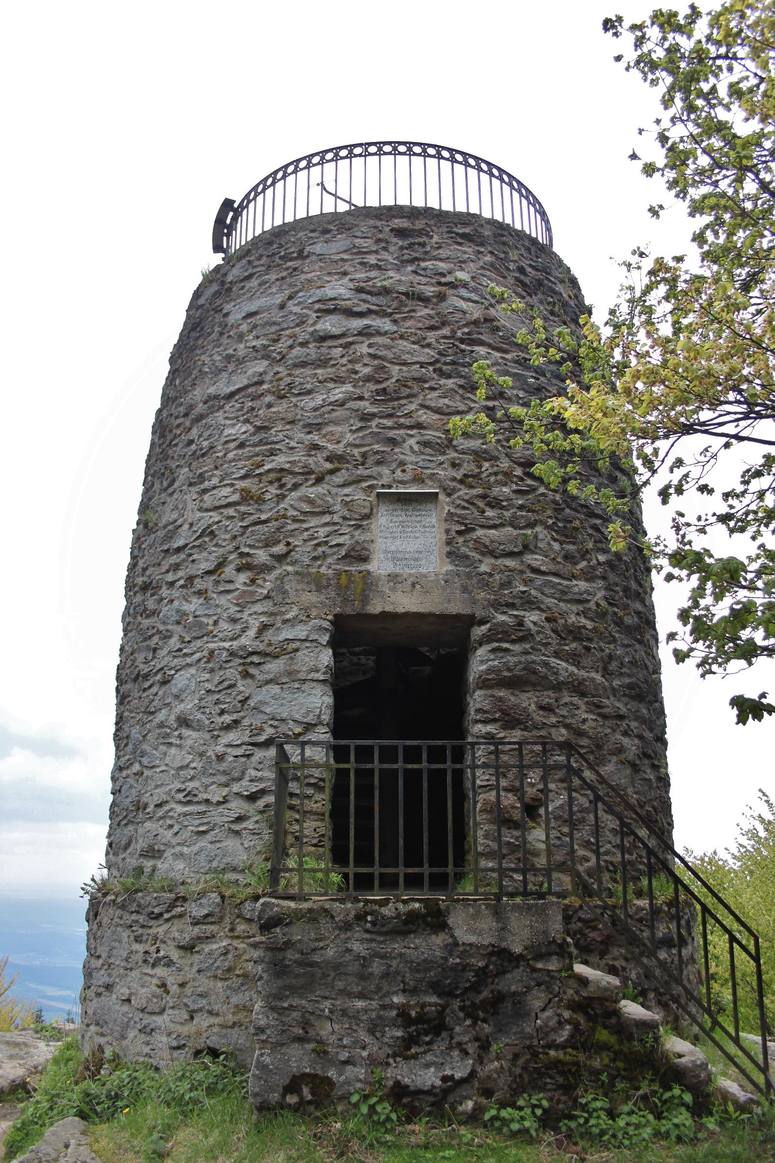 Turm auf dem Gipfel des Hirschenstein
